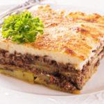 MOUSSAKA GRECA: torta salata con melanzane, patate, besciamella e carne macinata