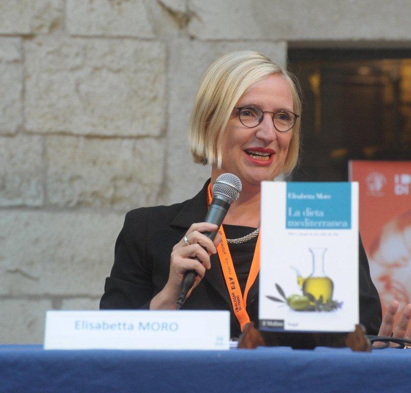 Questa immagine ha l'attributo alt vuoto; il nome del file è Elisabetta-Moro-condirettore-del-Mediterranean-Diet-Virtual-Museum-con-il-suo-volume-La-dieta-mediterranea.-Mito-e-storia-di-uno-stile-di-vita.jpg